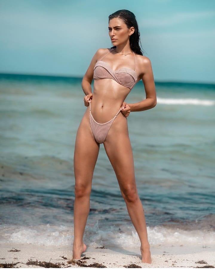 الفتيات الجميلات في ملابس السباحة على الشاطئ